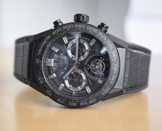 The integrated design fo this TAG Heuer is futuristic and technological.