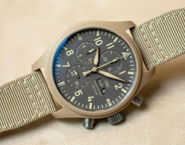 The integrated design of this timepiece will remind you of the desert.