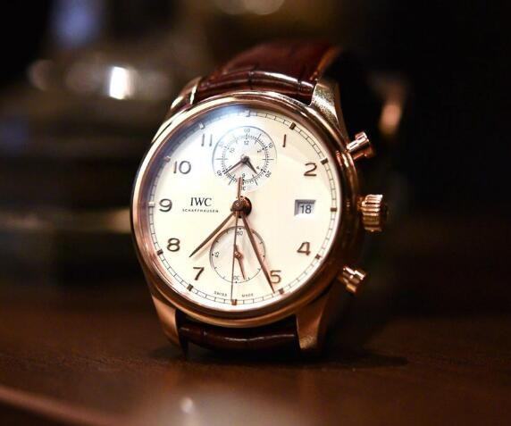 The classic design makes the timepiece suitable for formal occasion.