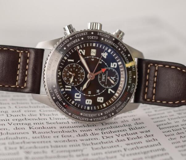 The timepiece has combined the two practical functions which are convenient to pilots.